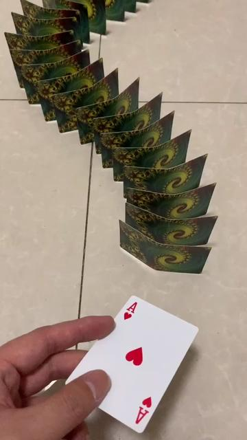 用这两万多张纸牌祝所有人情人节快乐,愿有情人终成眷属,你看出作品里有多少颗心了吗